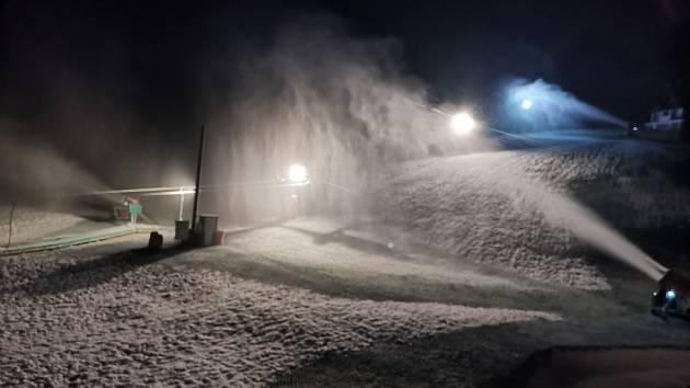 V Němčičkách na Břeclavsku zasněžují lyžařský svah.