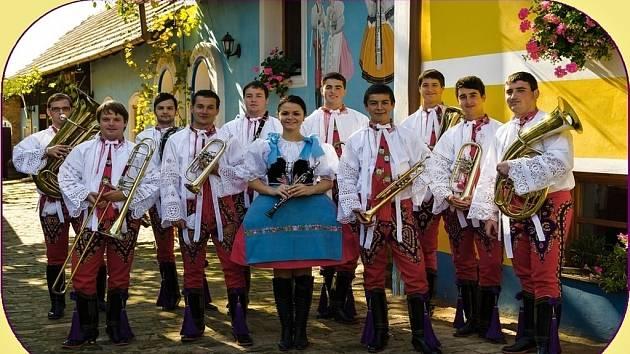 Dechovou hudbu Fialenka tvoří jedenáct muzikantů. Jejich průměrný věk je osmnáct let. Lidé je znají z moravských i slovenských pódií.