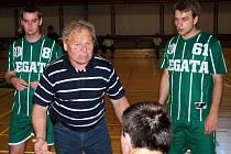 Trenér Antonín Jahoda na střídačce svého týmu.