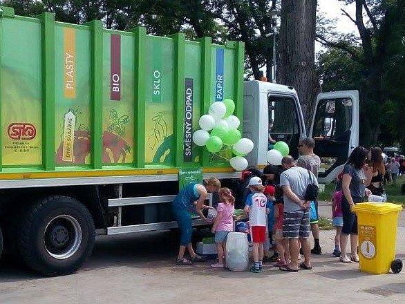 Předloňská oslava Dne dětí se svozovou firmou STKO.