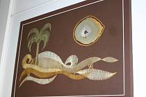 Další výstava na břeclavské poliklinice patří paličkované krajce. Výtvory z umělecké dílny valtické krajkářky Olgy Mikulášové, která se paličkování věnuje už déle než deset let, zdobí čekárnu radiodiagnostického oddělení.
