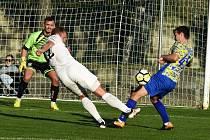 Jediný gól v divizním derby mezi Lanžhotem a Břeclaví vstřelil domácí stoper Vítězslav Bárta (v bílém).