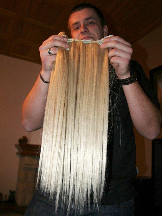 Tomáš Bzirský z Břeclavi prodává lidské vlasy.