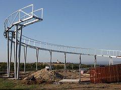 Na nejvyšším místě nad obcí Kobylí na Břeclavsku vyrostla mezi vinohrady nová rozhledna. Je uniká