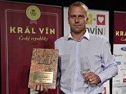 Sklepmistr vinařství ZD Němčičky Pavel Buriánek s cenou ze soutěže Král vín.