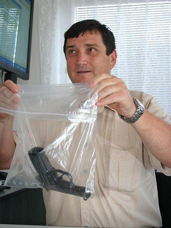 Kriminalista Jan Cupal se zabavenou zbraní.