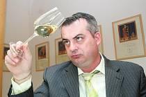 Degustároři vybírají vína pro Valtické vinné trhy.