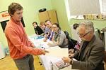 Obyvatelé Mikulova chodili v pátek k volebním urnám na radnici i do škol. Vybírali z jedenácti kandidátek, zvolí celkem pětadvacet zastupitelů.