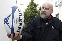 Bývalý funkcionář břeclavského ragbyového týmu Milan Vojta s míčem, o který se vedou tvrdé souboje.