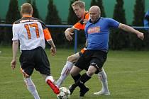 Fotbalisté Velkých Pavlovic (v modrém) si snadno poradili s Kyjovem.