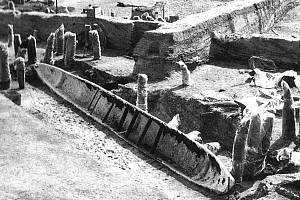 Nález dřevěného člunu při výzkumu zaniklých říčních ramen na hradisku u Mikulčic (podle: Galuška 2004: Slované-Doteky předků. Brno).
