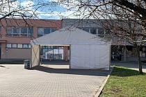 Testování na Covid-19. Stan na odběr vzorků u břeclavské nemocnice.
