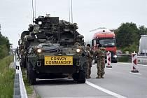 Konvoj vozů americké armády stojí 30. května 2019 v odstavném pruhu na dálnici D2 poblíž Velkých Pavlovic.