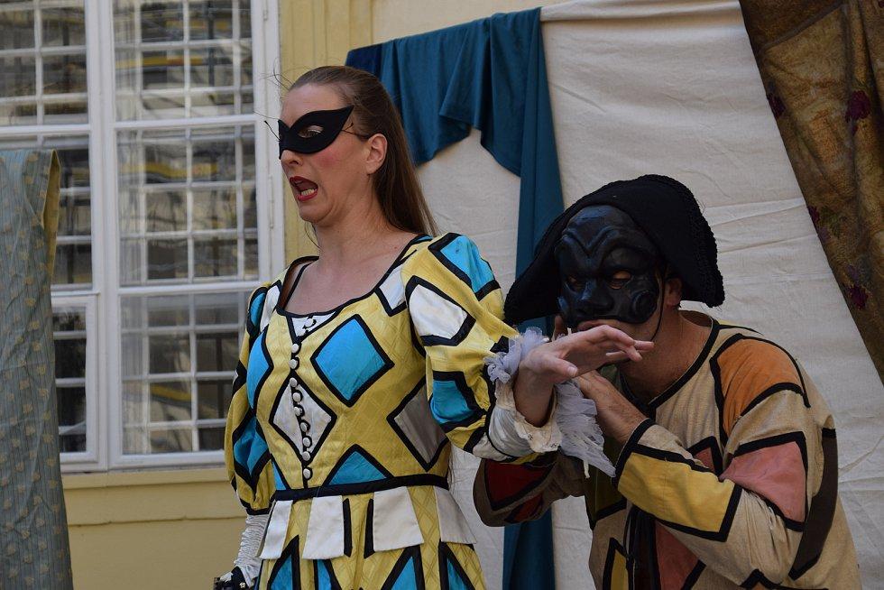 Divadelní soubor Teatro Comico zahrál divákům Commedia dell arte s názvem La Fortunata Isabella (Isabela má kliku). V maskách a barokních kostýmech