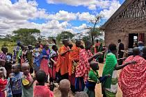 Jana Svojáková ze společnosti Top Optik vycestovala spolu s dcerou s pastorem Karlem Fridrichem pomáhat do africké Tanzánie.