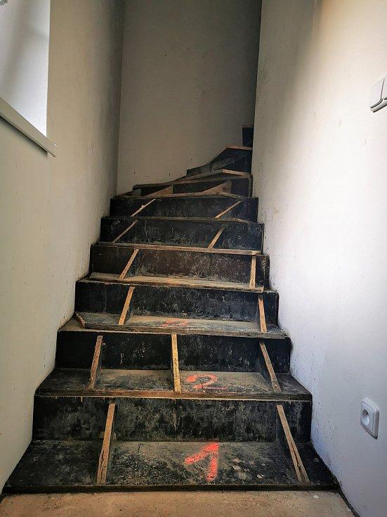 Budování schodů.