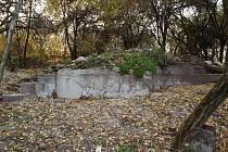 Z Katzelsdorfského zámečku nedaleko Valtic zbyly jen ruiny.