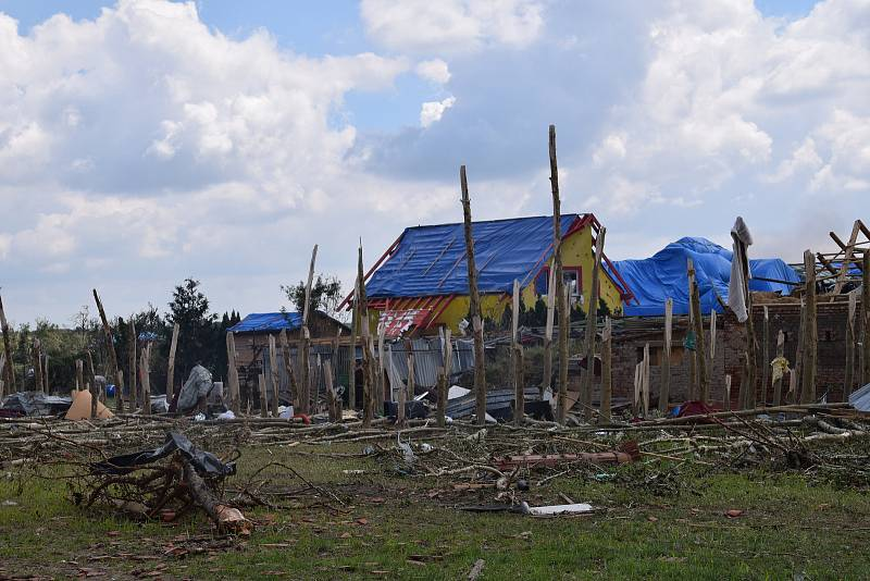 Tornádo srovnalo část obce Hrušky doslova se zemí. Lidé v sobotu dopoledne neúnavně pracovali a pomáhali jeden druhému.