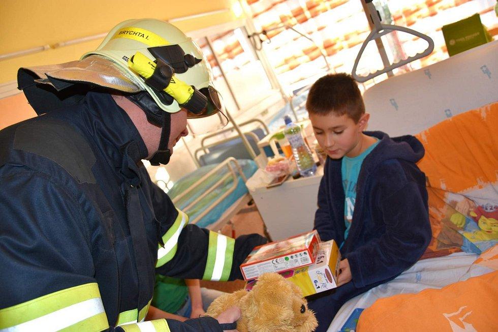Dobrovolní hasiči z Křepic už šest let obdarovávají onkologicky nemocné děti v brněnské nemocnici.