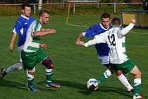 Fotbalisté Bořetic (v pruhovaném) zvládli důležité utkání v Tvrdonicích.