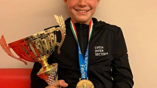 Matyáš Pálka se raduje ze svého prvního vyhraného závodu.