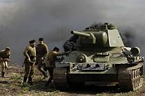 Konec druhé světové války si lidé připomněli ve Starovičkách. V sobotu přilákala do areálu památníku osvobození davy návštěvníků hlavně bojová ukázka historické bitvy. Němečtí vojáci se bránili útoku Rudé armády s tanky T 34.