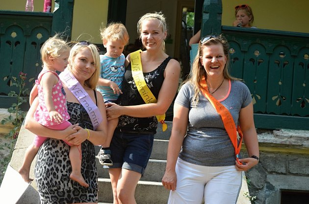 Tři nejlépe vyhodnocené matky zBřeclavi vsoutěži mateřského centra Klubík a Střediska volného času Duhovka. Zleva druhá Lucie Padalíková, vítězka Lucie Tesaříková a třetí Gabriela Mančíková.