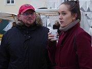 V zasněžené vánoční atmosféře procházeli v sobotu lidé mikulovským náměstím mezi stánky tradičního vánočního jarmarku.
