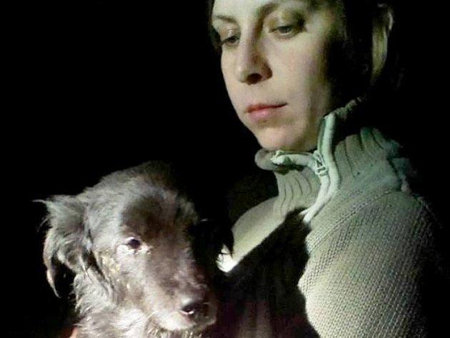 Fenka Zuzana v náručí pečovatelky, která pomáhala s její léčbou.