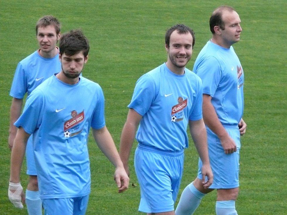 Fotbalisté Hrušek (v modrém) mohli změřit síly s brněnskou Zbrojovkou.