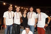 Pořadatelka valtického motosrazu Paulina Hažmuková uprostřed členů spřátelené kapely.