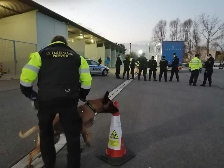 Desítky běženců se zřejmě ukrývaly v nákladním autě z Turecka. Jihomoravští celníci je objevili ve čtvrtek v podvečer při kontrolách na dálnici D2 na Břeclavsku.