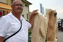 Břeclavský dřevosochař Josef Fröhlich na Lázeňském dřevosochání v Lednici.