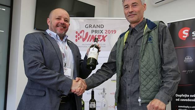 Šampionem šestadvacátého ročníku mezinárodní soutěže vín Grand Prix Vinex ve Valticích je Radomil Baloun (vpravo) s Ryzlinkem rýnským 2016.