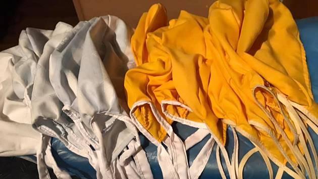 Švadlenky z Mikulova a okolí se pustily do šití operačních čepic pro zdravotníky. Za jediný den jich mají na kontě 76.