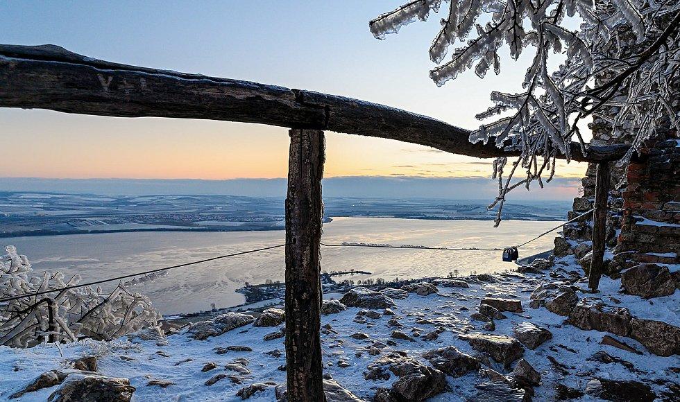Slunečné a mrazivé páteční ráno nad Pálavou.