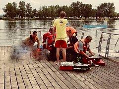 Zraněného sportovce museli z laguny na novomlýnských nádržích v pondělí před čtvrtou hodinou odpoledne vytahovat hasiči.