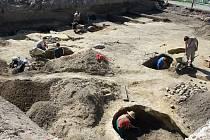 Při stavbě křížového sklepa o sobě daly vědět nálezy keramiky. A tak nedávno začal výzkum.