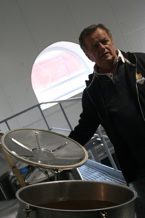 Břeclavský pivovar představil své logo i dvojici sládků.