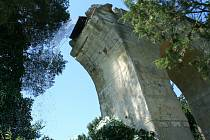 Podařilo se. Z kopie římského akvaduktu v lednickém zámeckém parku začal v pátek po poledni znovu téct úchvatný desetimetrový vodopád. Po téměř sto letech. Zatím jen díky provizornímu řešení. Pokud ale víkendová zkouška dopadne dobře a a podaří se vše tec