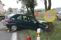 Nehoda osobního auta u Sedlece. Řidič předjížděl kamion.