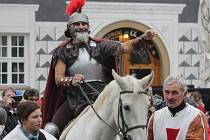 V Mikulově otevřeli v pátek jedenáct minut po jedenácté Svatomartinská vína. Všemu dohlížel svatý Martin, který přijel na tamní Náměstí na bílém koni. Mok rozlévala lidem krojovaná chasa. Ta kromě toho rozdávala návštěvníkům koláče.