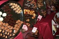 Mléčná, hořká, pralinky a hlavně čokoládové fontánky s ovocem. Tak vypadá víkend na valtickém zámku.