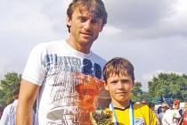 Své mimořádné kvality potvrdil Lukáš Michna (napravo) už na turnaji v Nitře, kde mu pogratuloval k zisku cenného poháru také bývalý československý reprezentant Lubomír Moravčík.