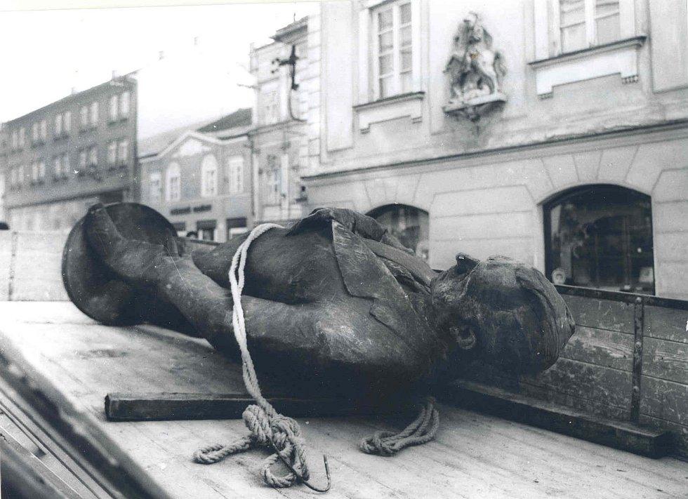 1990. V lednu roku 1990 došlo ke svrhnutí sochy bývalého socialistického prezidenta Klementa Gottwalda. Socha se původně nacházela na mikulovském náměstí. k.