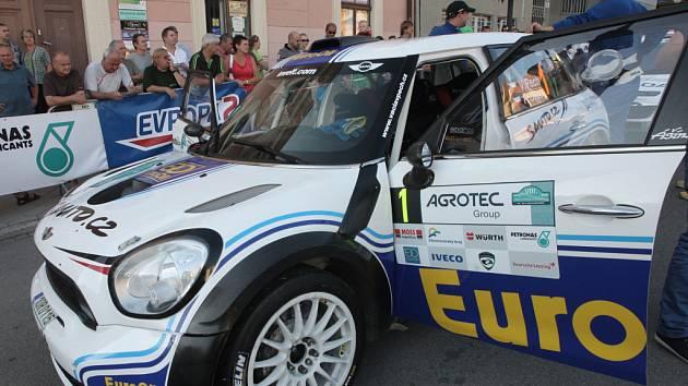 Víc než osmdesát přihlášených posádek vyrazilo z Dukelského náměstí do osmého ročníku Hustopečské rally. Pátý díl seriálu Mezinárodního mistrovství České republiky v rallye provede jezdce za dva dny po víc než 470 kilometrů dlouhé trati včetně 170 kilomet