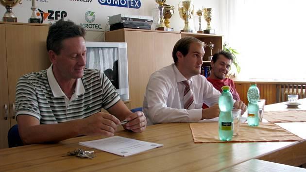 """Sportovní ředitel Rabušic (zleva), jednatel Kalužík a trenér """"áčka"""" Kříž byli novinářům plně k dispozici."""