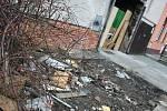 Nádražní ulice v břeclavské městské části Poštorná. Nepořádek před domem č. 20. Majitelka podle lidí z okolí vozí do domu všechno možné.