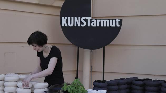 Rakušanka Flora Szurcsik má tuto sobotu vernisáž v mikulovské Eat Art Gallery. Představí tam zajímavý keramický projekt Bída umění.