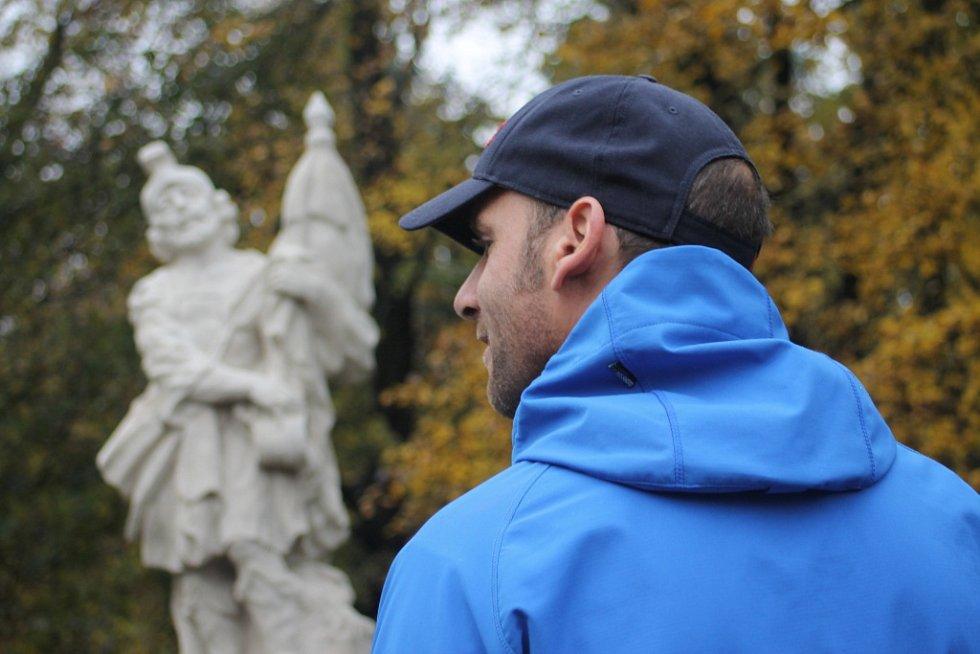V bavorském parku od soboty stojí nová socha. Dílo daroval restaurátor Josef Krososka, který si obec pod Pálavou zamiloval. Při odhalování svatého Floriána nechyběla starostka Hana Koňaříková ani farář.